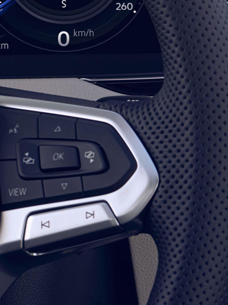 VW Passat Detailaufnahme des Multifunktionslenkrads mit Taste für Sprachsteuerung