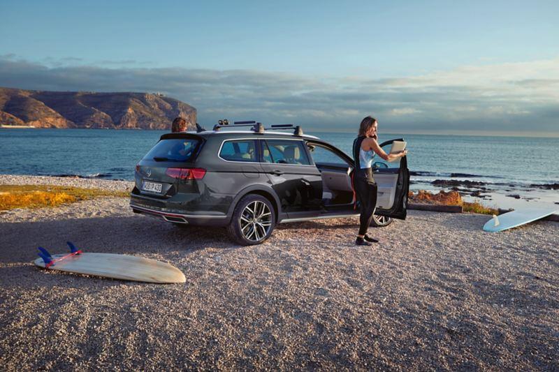 Volkswagen Passat Alltrack parcheggiata in spiaggia
