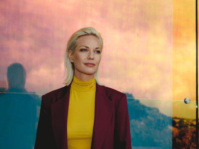 Blonde Frau vor Panorama – Volkswagen Dialog Center