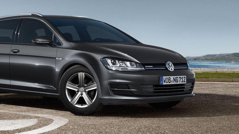 Ein grauer VW Golf TGI Variant BlueMotion mit Erdgas