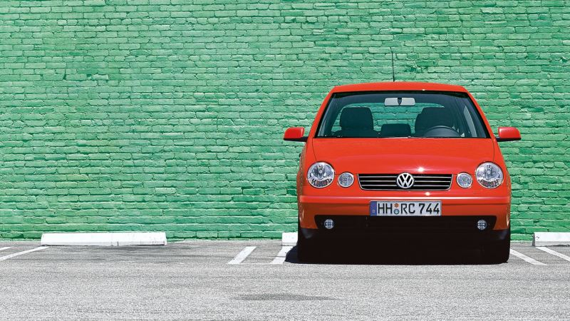 A red VW Polo 4 9N1 parked in front of a green wall – Volkswagen older models