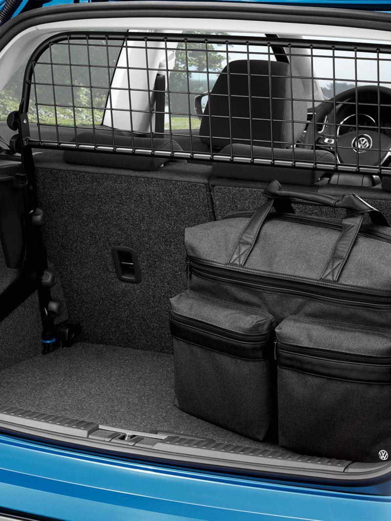 Detailansicht eines Gepäcknetzs und großen Taschen im Kofferraum eines blauen Volkswagen Polo 5 – Volkswagen Zubehör