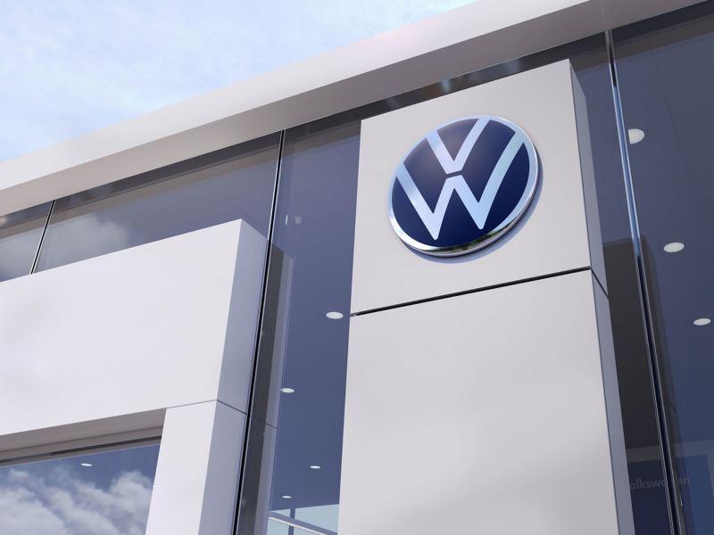 Das Volkswagen Logo an einem VW Autohaus – Aktuelles zur Diesel-Thematik