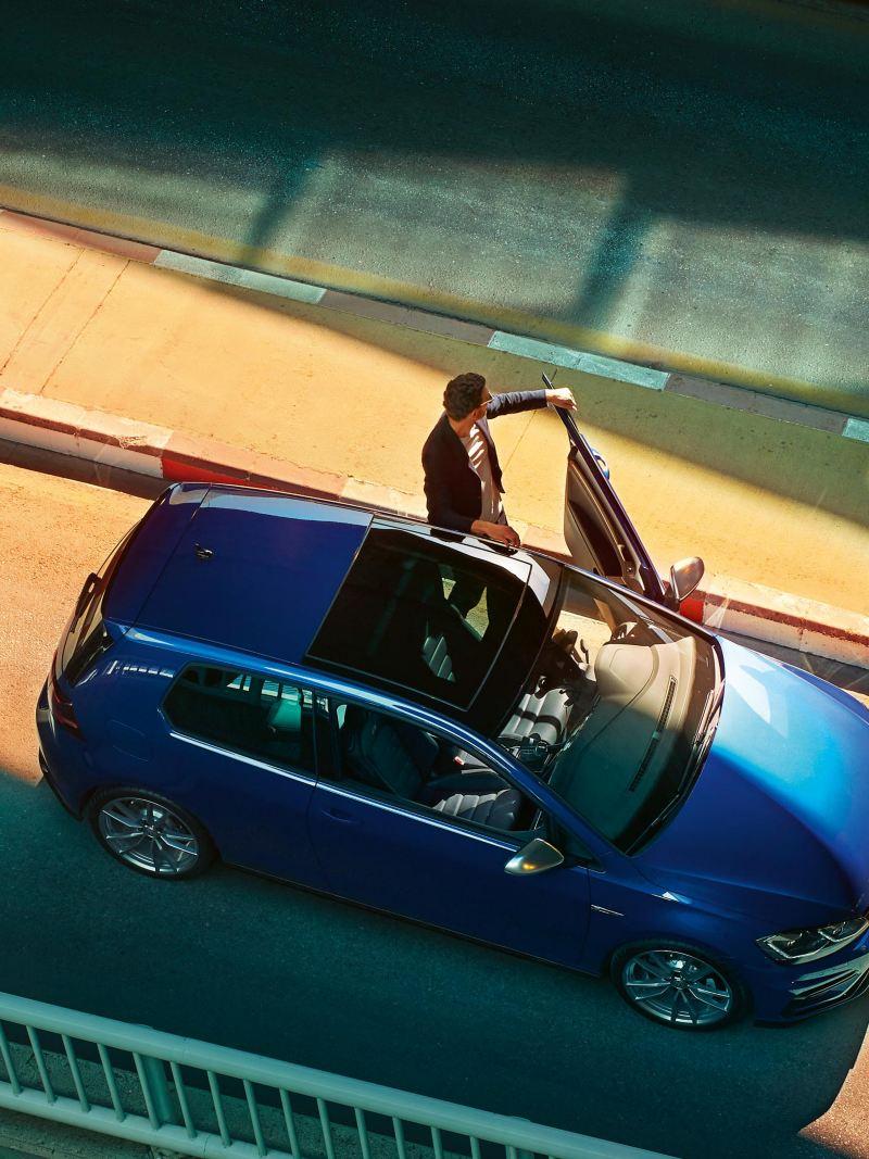 Ein Kunde mit seinem neuen Gebrauchtwagen VW Golf – Autosuche online