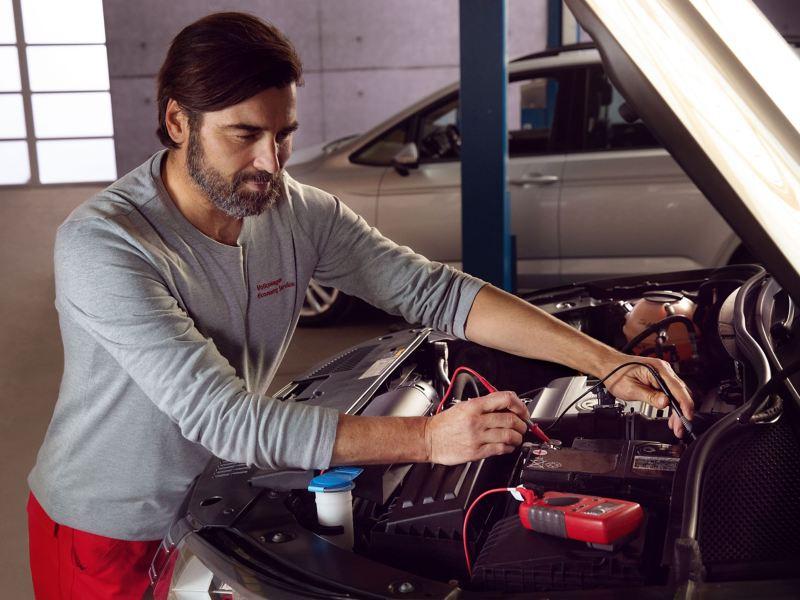 Addetto service Volkswagen sostituisce una componente
