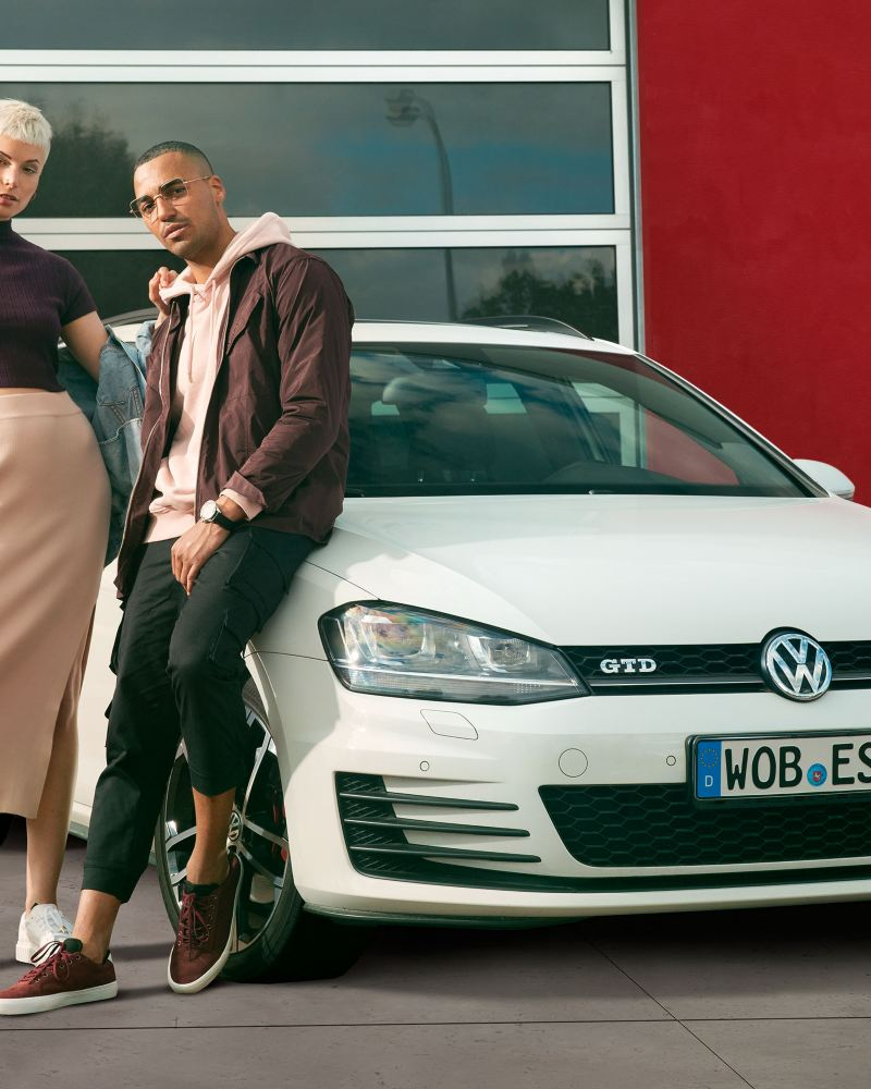 Eine Frau und ein Mann stehen vor einer VW Economy Werkstatt: Service für Ihren VW ab vier Jahren