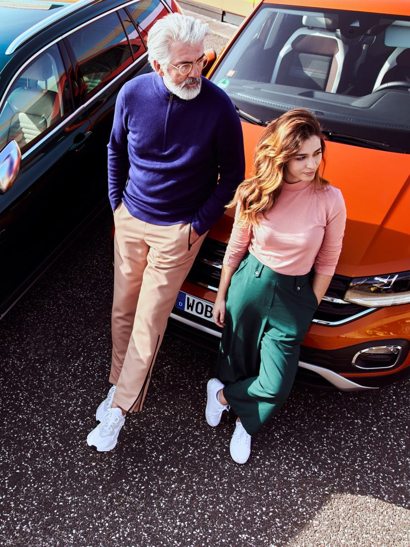 Vater und Tochter stehen vor ihren VW Autos – Zubehör und Ersatzteile für das Exterieur