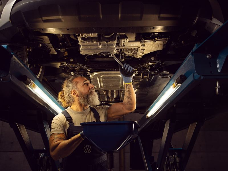 An inspection of a VW vehicle in the workshop – inspection and statutory audit