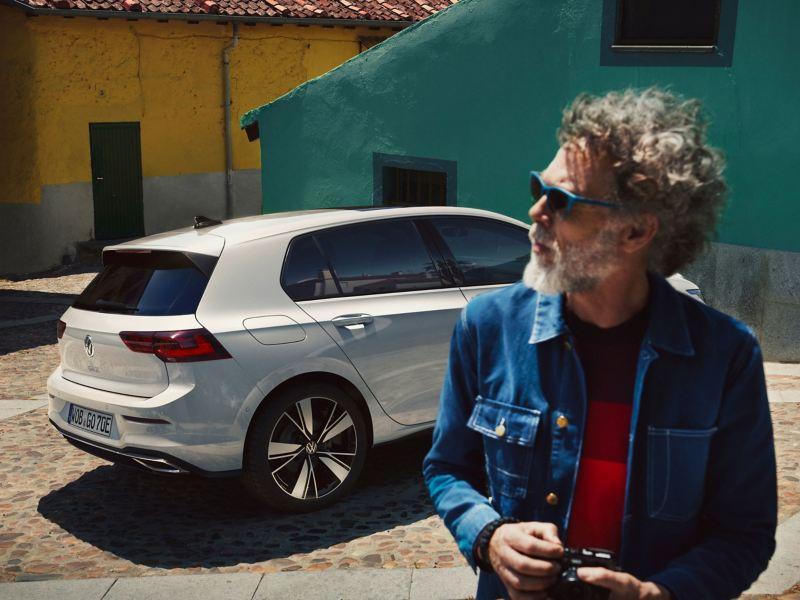 Ein Mann neben seinem VW Auto Fahrzeug mit LongLife Mobilitätsgarantie
