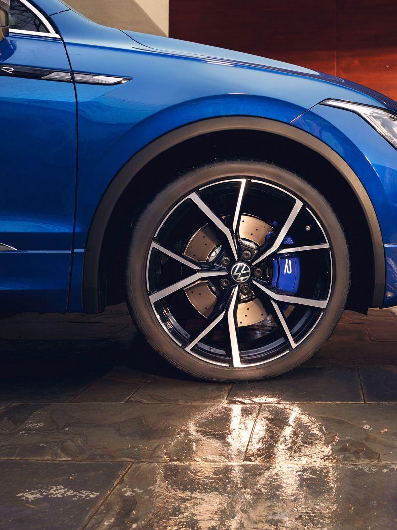 Vista di VW Tiguan R con cerchi in lega