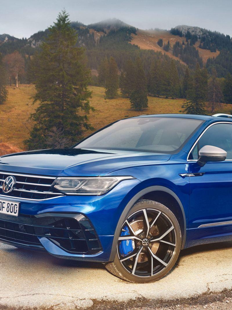 VW Tiguan R di colore blu parcheggiata con panorama sullo sfondo