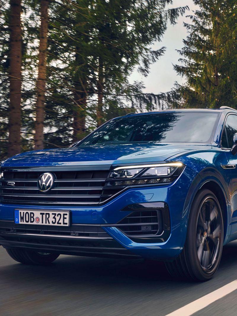 Ein blauer Touareg R von Volkswagen mit sportlichem Look