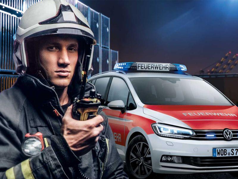 Ein Feuerwehrmann am Einsatzort – im Hintergrund ein Feuerwehrauto von Volkswagen, Rettungskarte