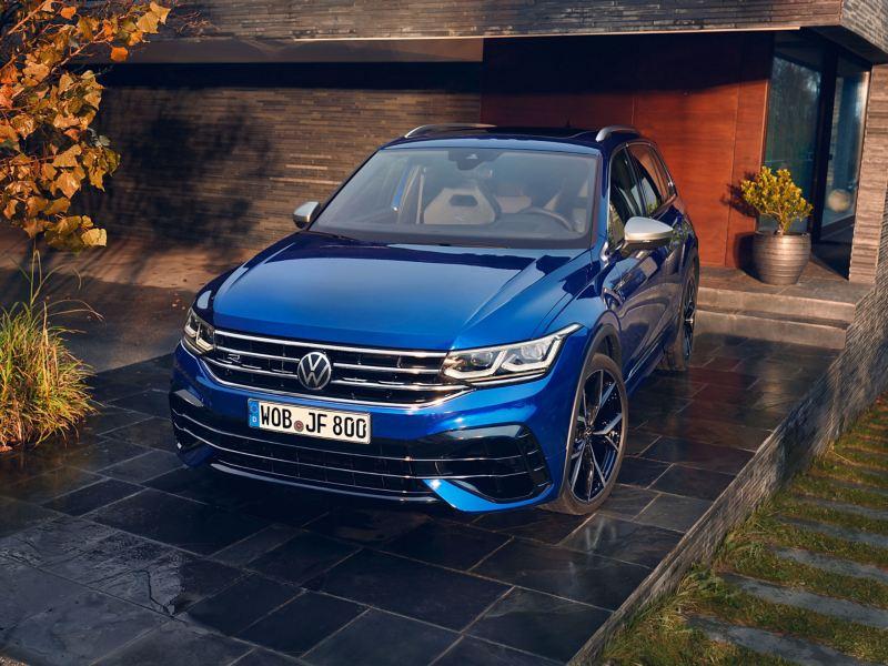 Ein blauer VW Tiguan R steht in einer Garage
