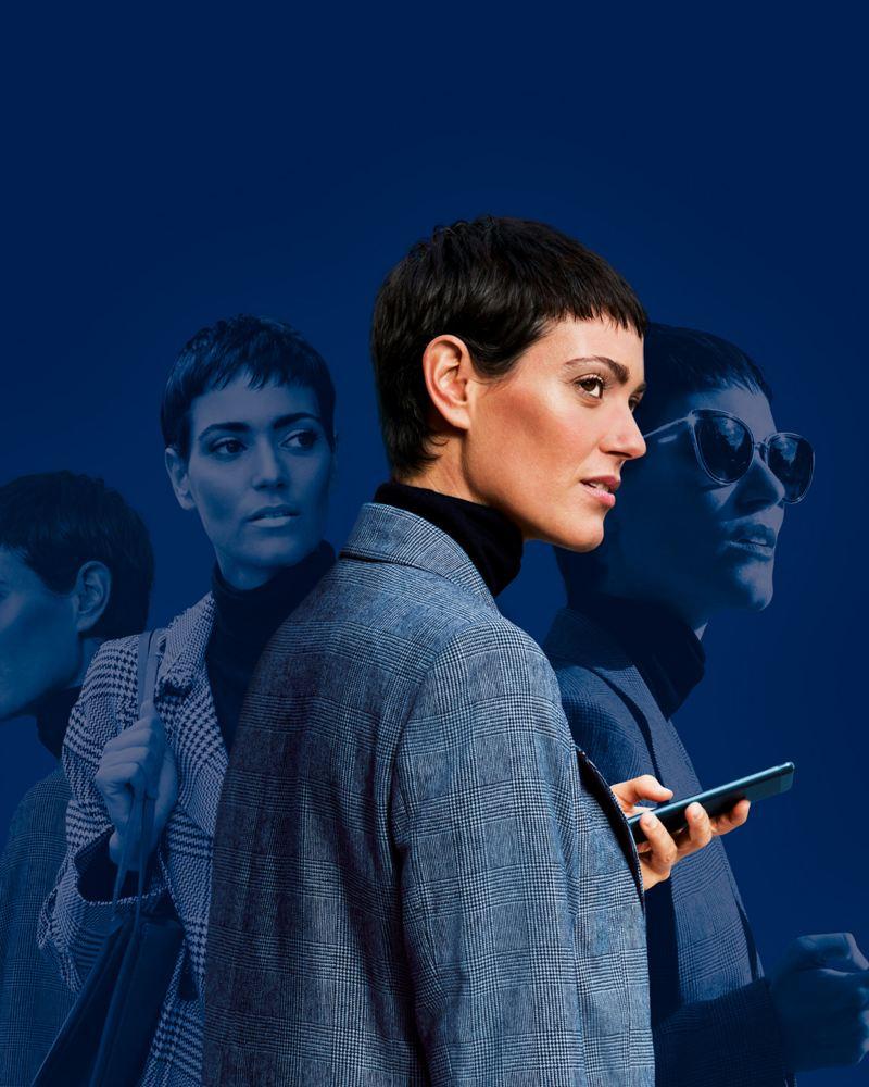 Frau mit Smartphone vor blauem Hintergrund