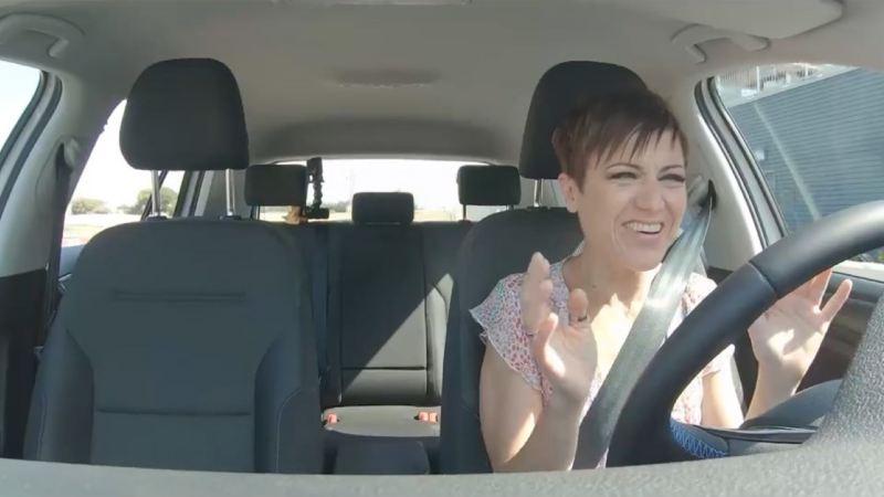 Secuencia de Sara Escudero al volante de un e-Golf de la serie Rompiendo mitos de Volkswagen