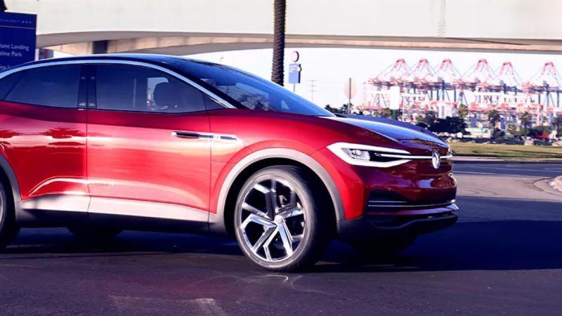 Vista lateral de un Volkswagen ID. Crozz circulando por la ciudad durante el día