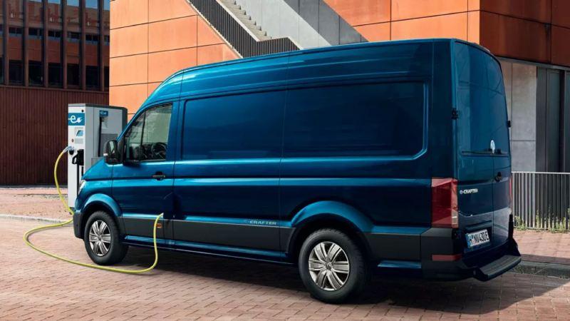 Volkswagen e-Crafter azul conectado a un punto de carga en la ciudad