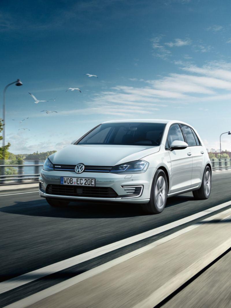 Volkswagen e-Golf blanco visto de frente circulando por una autopista