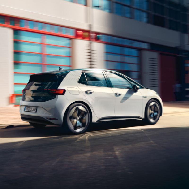 Volkswagen ID.3 blanco visto de costado circulando por la ciudad