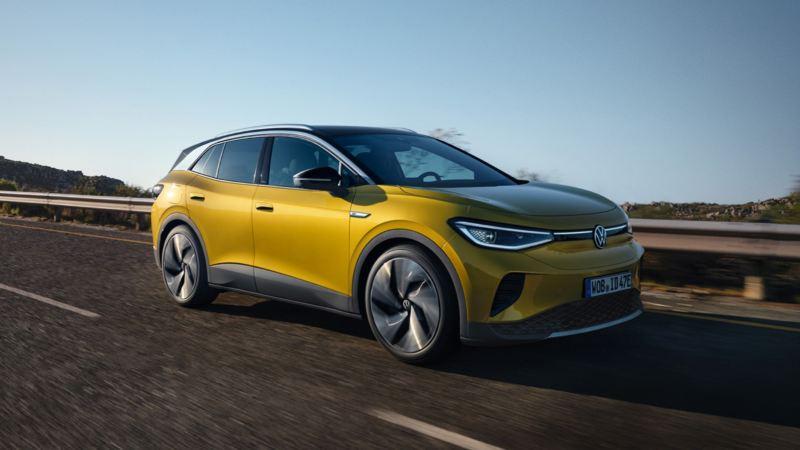 Nuevo Volkswagen ID.4 amarillo avanzando por una carretera durante el día