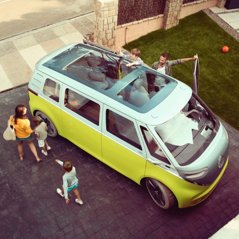 familia al rededor de una Volkswagen ID. Buzz vista desde arriba