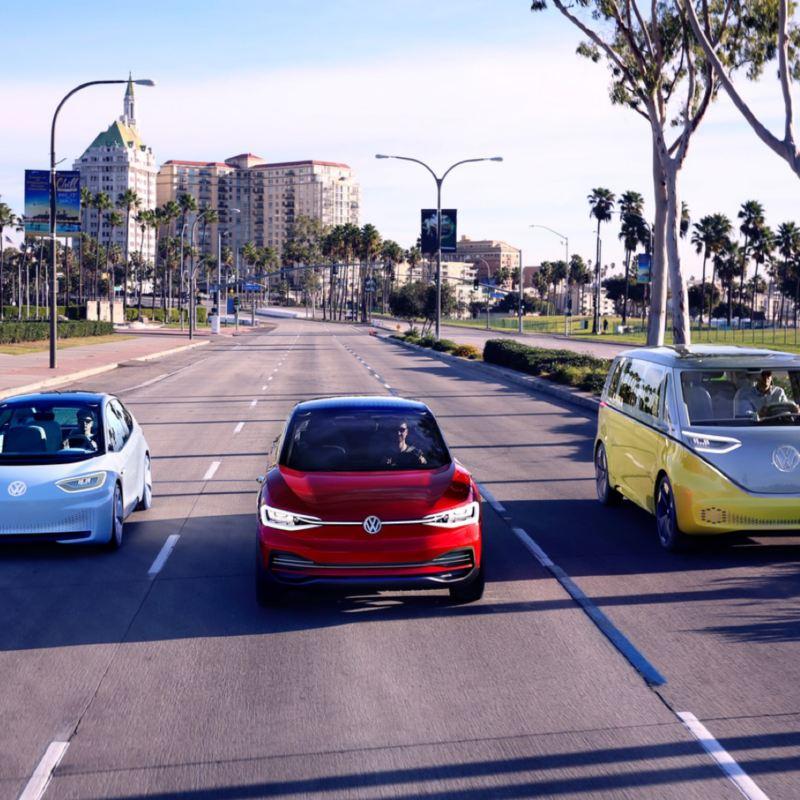 Gama de Volkswagen ID. avanzando por una carretera en la ciudad por el día