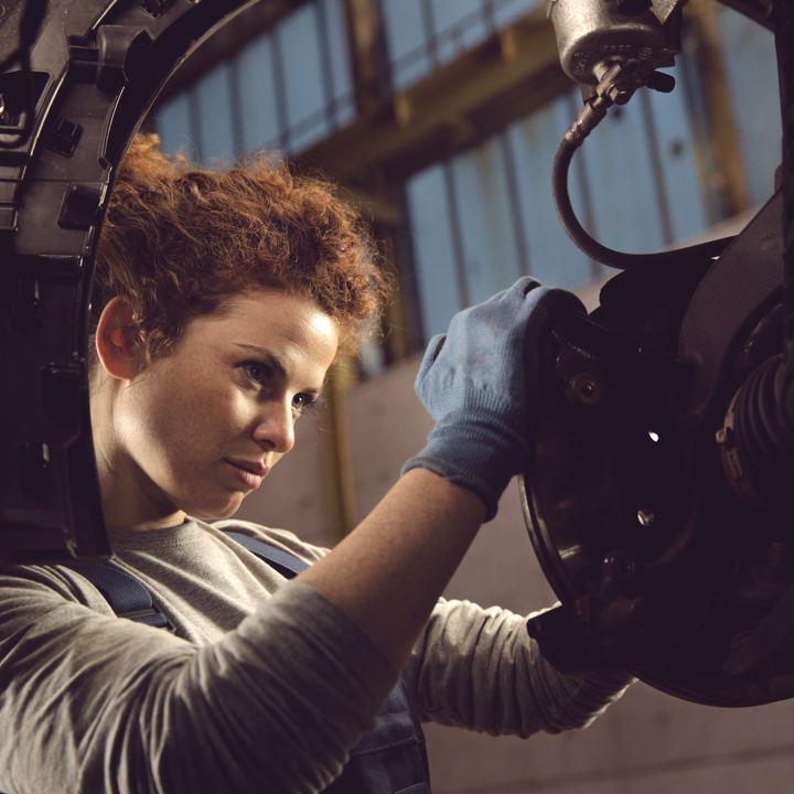 Mecánica de Volkswagen ajustando el disco rotor de un vehículo