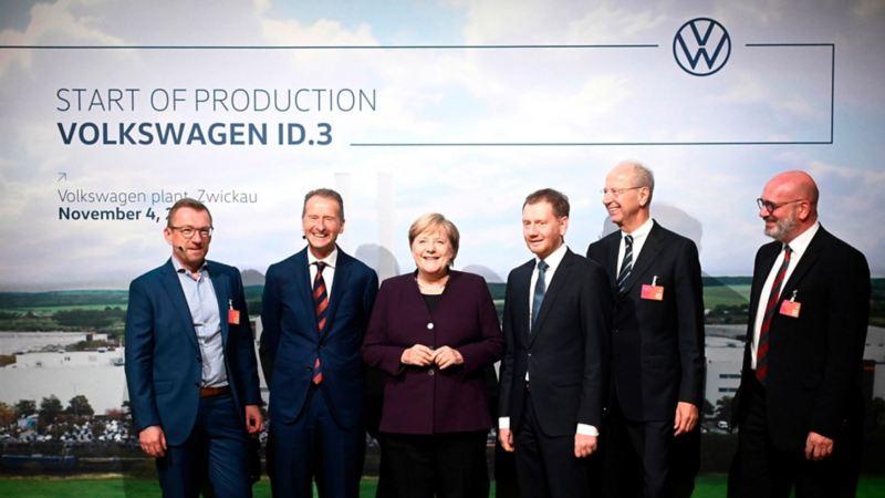 merkel con directivos de volkswagen ID.3