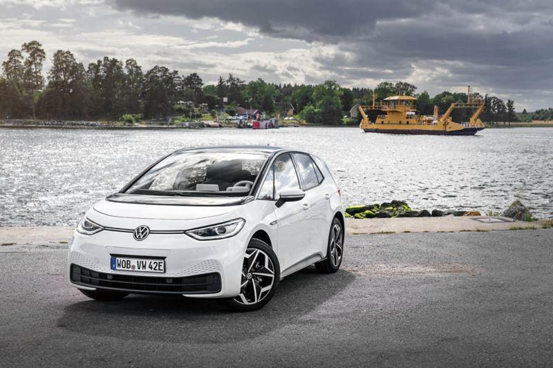 Volkswagen ID.3 parkerad vid vattnet