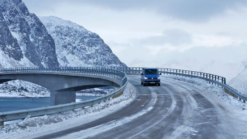 Volkswagen California på isiga vägar i Norge.