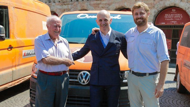 """Beppe e Filippo Tenti davanti a un Crafter Volkswagen di ritorno dal progetto """"Overland""""."""
