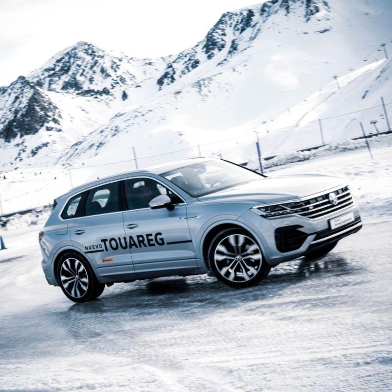 Volkswagen Touareg conducido en una montaña nevada en un curso de Driving Experience