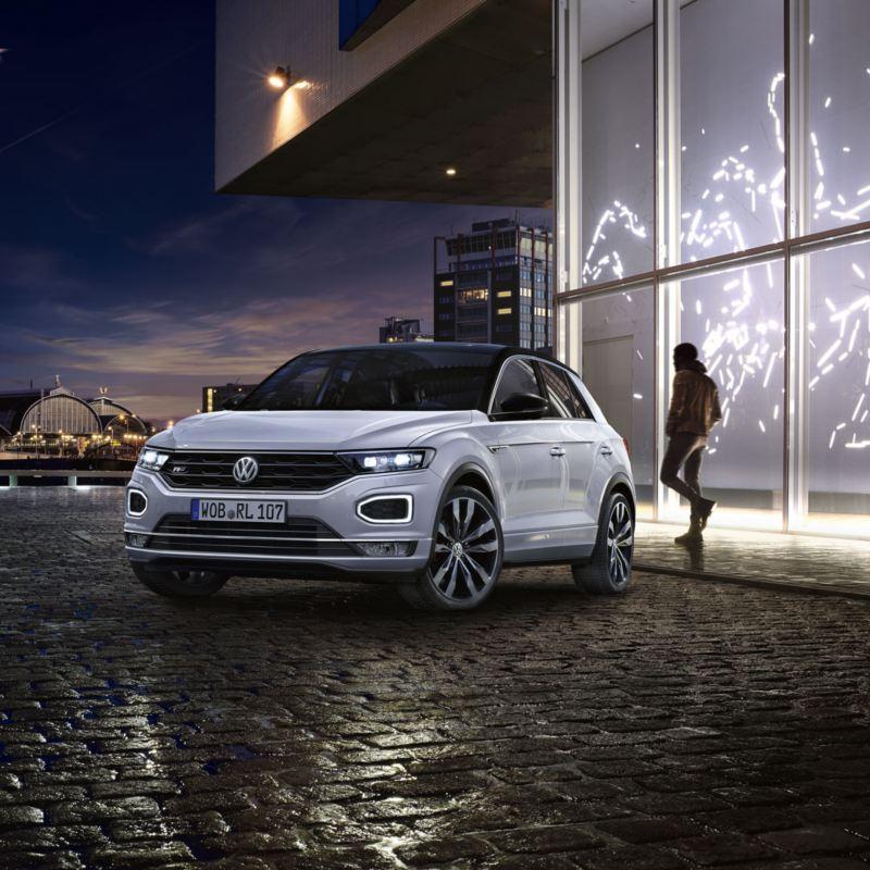 T-Roc blanco en la noche aparcado en sobre un suelo de adoquines