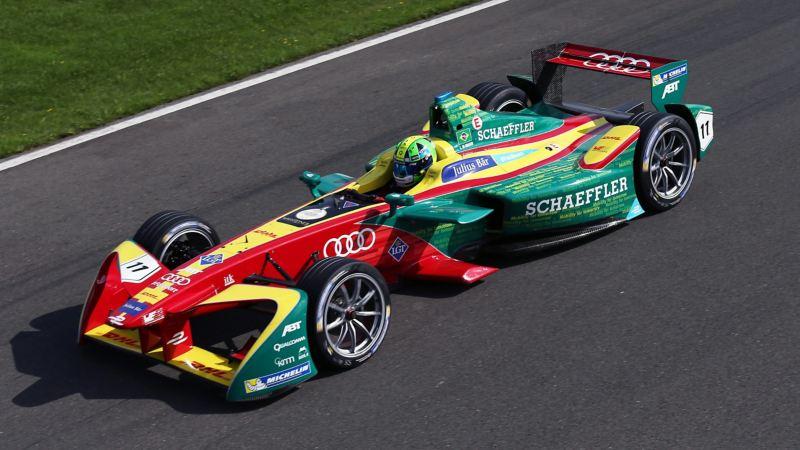 Une voiture de course ABT Formule E, vue de haut, sur le circuit.