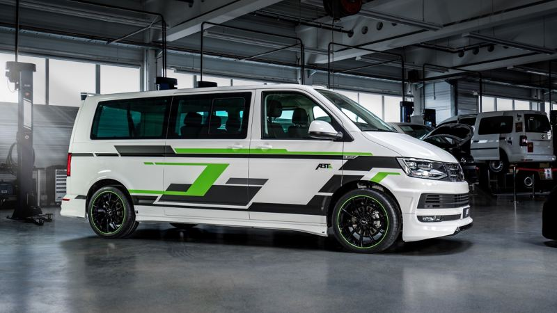 Un Transporter VW transformé, de profil.