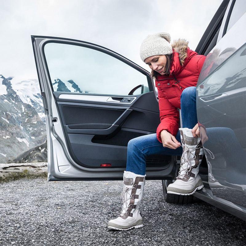 Frau in Skikleidung steigt aus – Wartungspakete