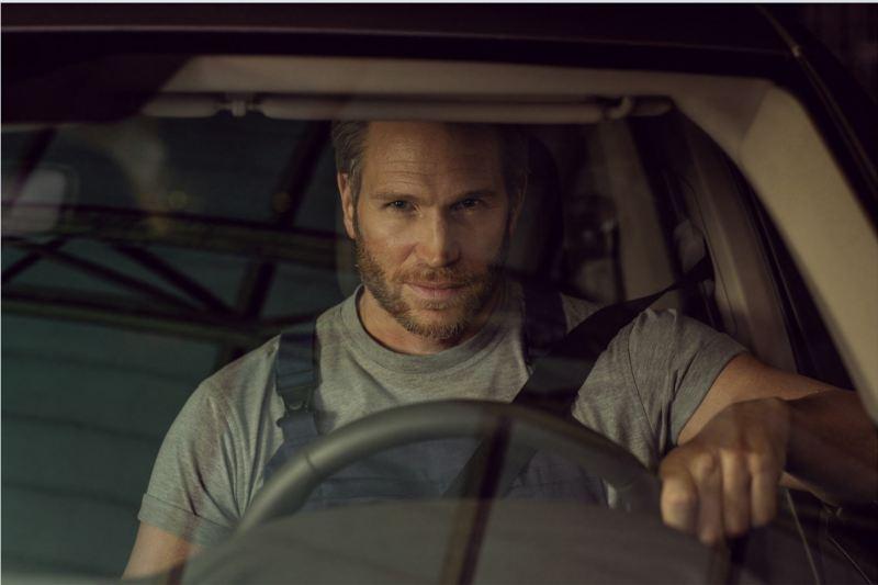Ein Mann fährt ein Volkswagen Nutzfahrzeug.