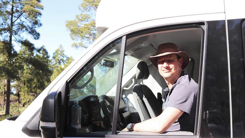 Alexander Rühland bakom ratten på husbilen VW Grand California