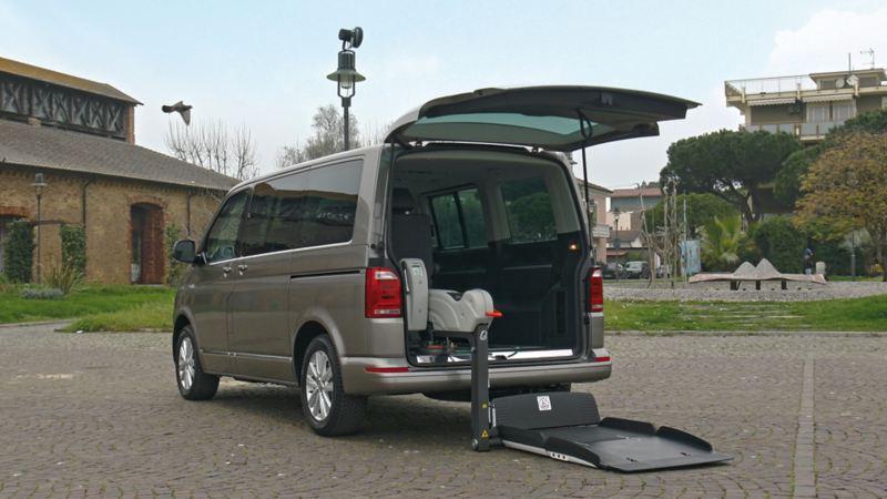Vista del bagagliaio aperto del Multivan Volkswagen con sistema Fiorella Slim Fit per trasporto persone con disabilità.