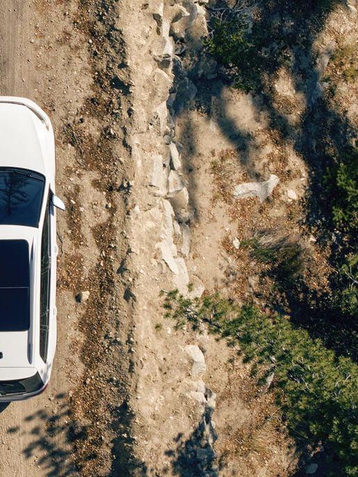 La Golf Alltrack roulant sur une route de terre
