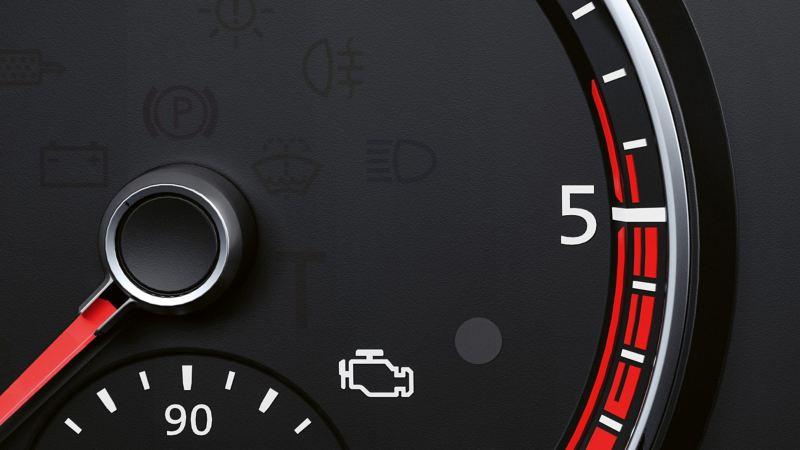 Eine Nahaufnahme des Dashboard mit aufleuchtender Motorkontrollleuchte.