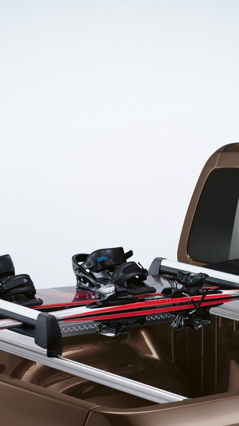 Ein Snowboard und Skier auf der Ladefläche eines Amaroks