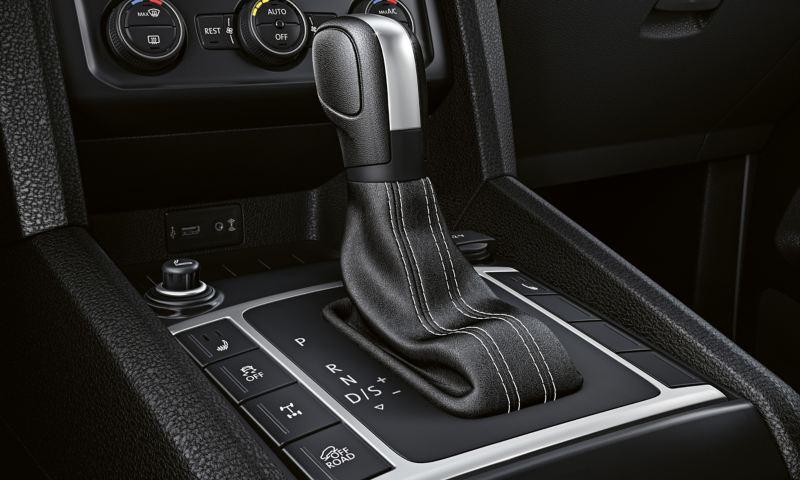 Grande plano da consola central com a manete das mudanças do Volkswagen Amarok.
