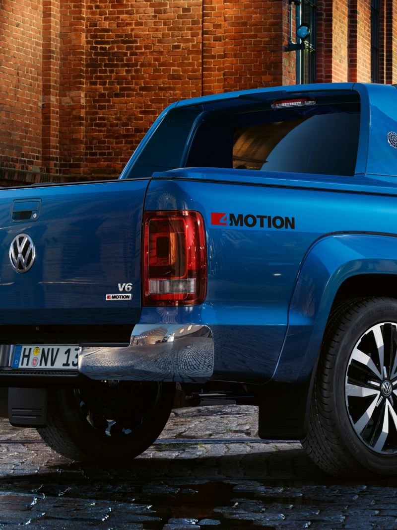 Three-quarter view of the Amarok Aventura with colour-coded sports bar.
