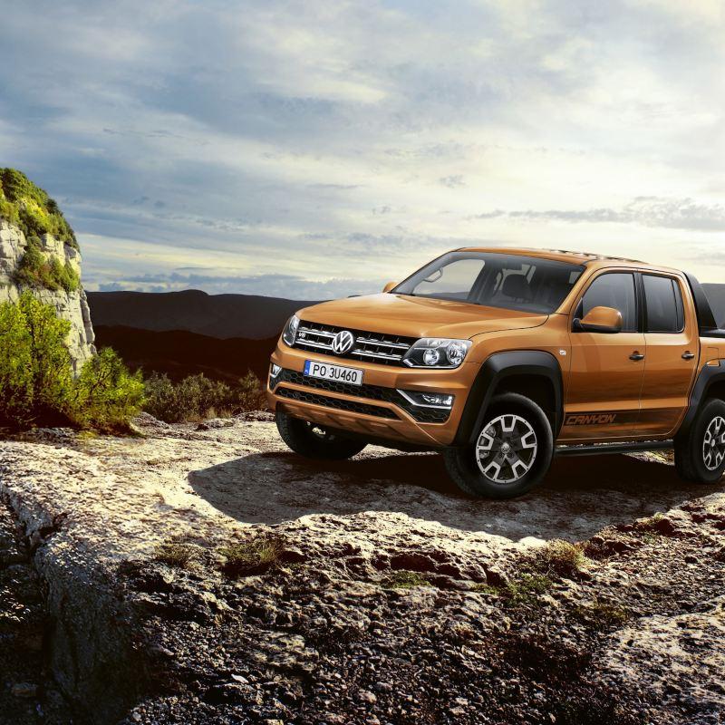 Volkswagen Amarok Canyon z czarnym sportsbarem w górskim krajobrazie.