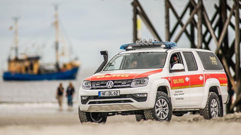 Der Amarok V6 der DLRG St. Peter-Ording fährt am Strand entlang.