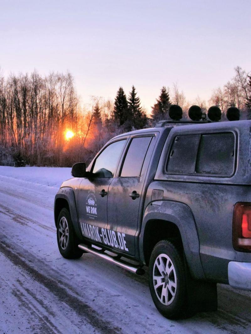 Der Amarok fährt eine verschneite Straße entlang.