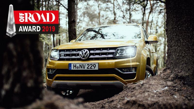 Volkswagen Amarok si muove con dinamismo su una polverosa strada non asfaltata. Nell'immagine è possibile vedere il logo dell'OFFROAD AWARD 2018.