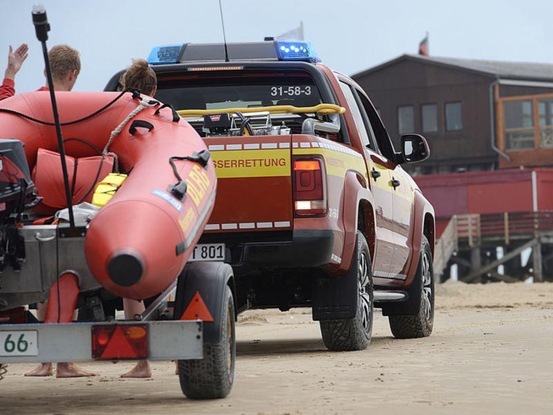 Der Amarok zieht ein Schlauchboot auf einem Anhänger.